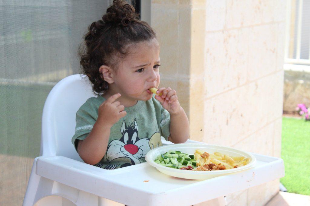 https://pixabay.com/id/photos/anak-anak-anak-makanan-sehat-1566470/