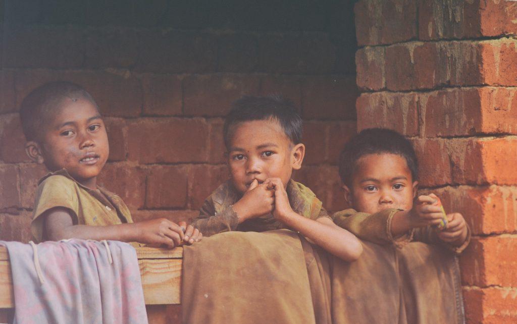 https://pixabay.com/id/photos/kemiskinan-anak-anak-madagaskar-2035694/